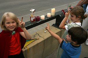 Children_with_candles_1